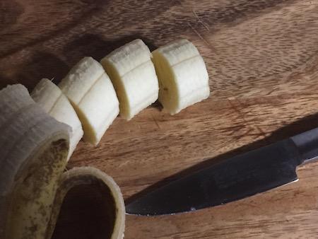 包丁でカットしたバナナの写真