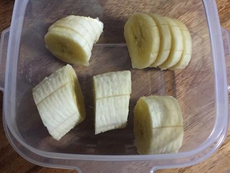 バナナを容器で保存している写真