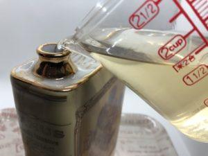 カミュブックのボトルに焼酎を入れている写真