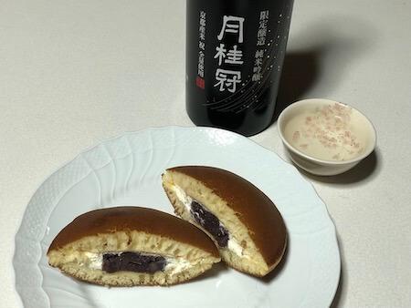 クリームどら焼きと純米吟醸BLACKの写真