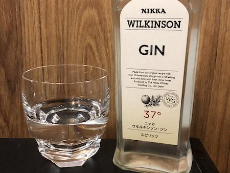 ジンをグラスにあけた写真