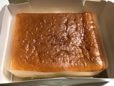 1/2カットされたモロゾフのスフレチーズケーキ