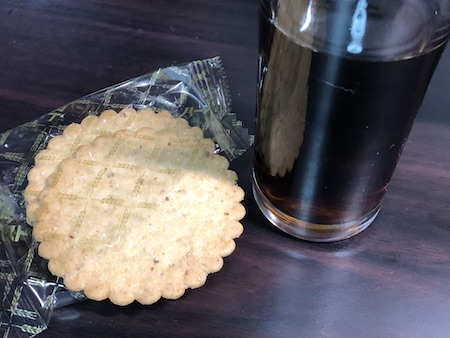 アイリッシュミストのコーヒー割りとビスケットの組み合わせ写真