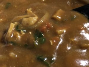 野菜炒め入りチキンカレーの写真