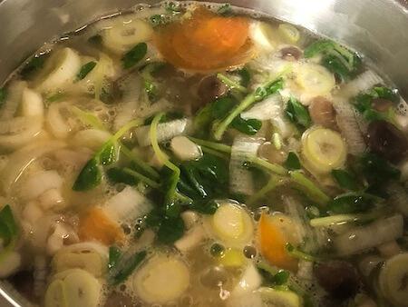 沸騰した野菜スープ