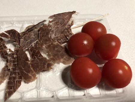 燻製職人のこだわりビーフジャーキーとミニトマトの写真