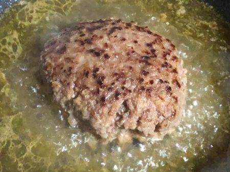 水を入れて無添加ハンバーグを蒸し焼きにしている写真