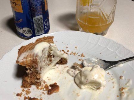 ソフトクリームを乗せたクリスピーロングバウムクーヘンを食べている写真