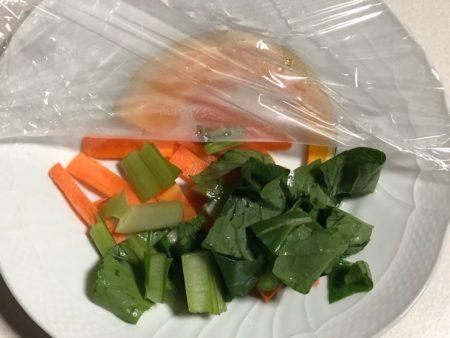 オイシックスのサバのみぞれ煮の野菜をチンしている写真3