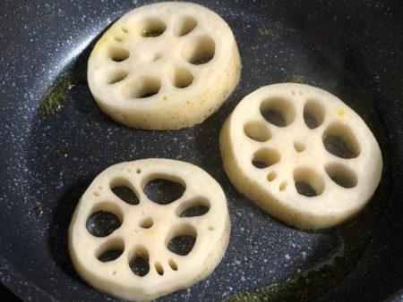 レンコンステーキを作っている写真2