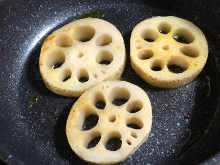 レンコンステーキを作っている写真3