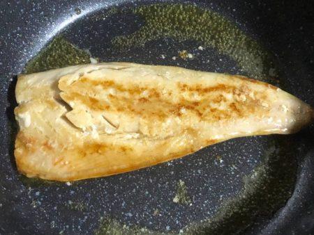 フライパンで焼いた骨無しサバの写真